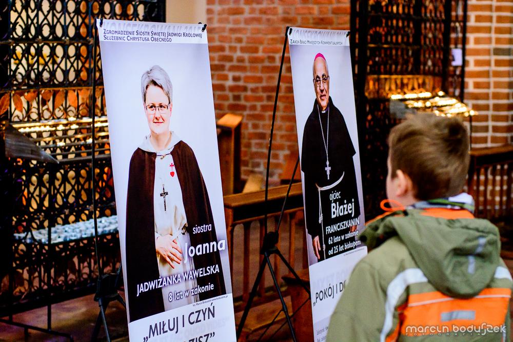 Fotorelacja z wystawy KONSEKROWANI 2015 w Katedrze św. Jakuba w Szczecinie, autor Marcin Boduszek, s. Joanna Truchel, biskup Marian Błażej Kruszyłowicz